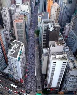 【새롬세평(世評)】中에 대항해 자유와 민주주의를 지키려는 홍콩의 거센저항…'민주화로 가는 길은 멀지만 민주주의는 곁에 있다.'