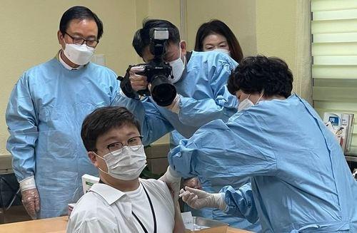 [포토]창녕군 백신접종1호는 서울요양병원 박병선 기획실장